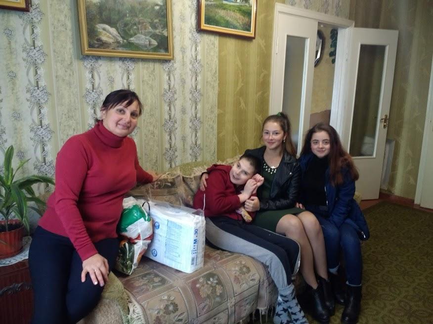 Студенти новоградського медколеджу допомагають дітям з інвалідністю та пенсіонерам, фото-5